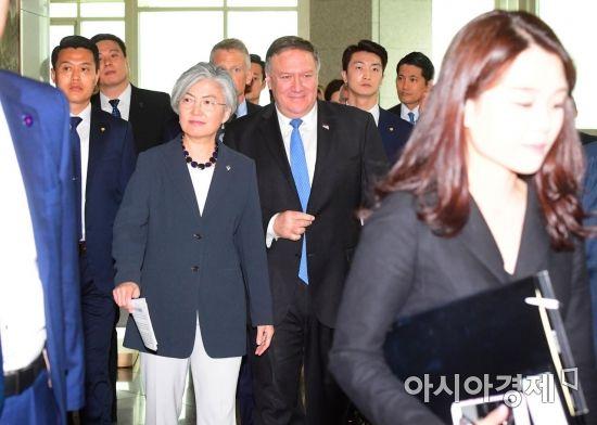 [포토]기자회견 마친 뒤 미소 짓는 강경화·폼페이오