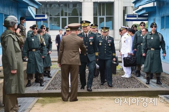 [포토] 군사분계선 넘어가는 남측 대표단