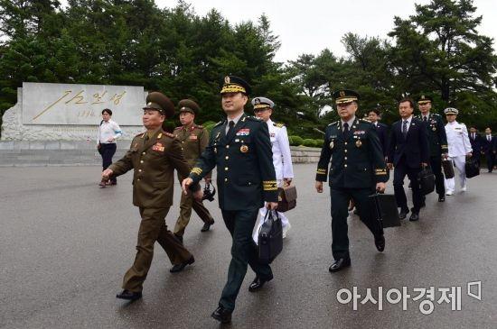 [포토] 통일각으로 향하는 남측 대표단