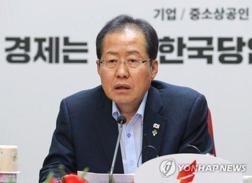 홍준표 자유한국당  대표가 14일 서울 여의도 당사에서 열린 최고위원회의에서 사퇴 의사를 밝히고 있다. 사진=연합뉴스