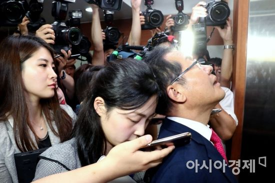 [포토] 기자들 질문에 굳게 입다문 홍준표