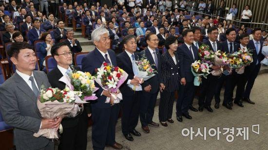 [포토] 꽃다발 받은 재보궐선거 당선인