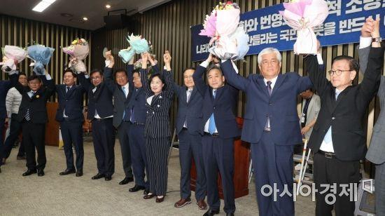 [포토] 꽃다발 받은 민주당 재보궐 당선인