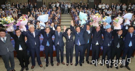 [포토] 축하 꽃다발 받은 민주당 재보궐 당선인