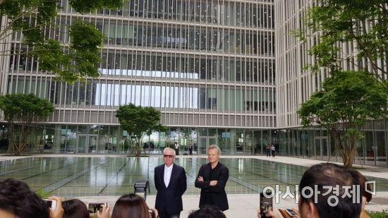 아모레퍼시픽그룹 신본사 5층 정원에서 건축가 데이비드 치퍼필드(왼쪽)이 건물 설명을 하고 있다.