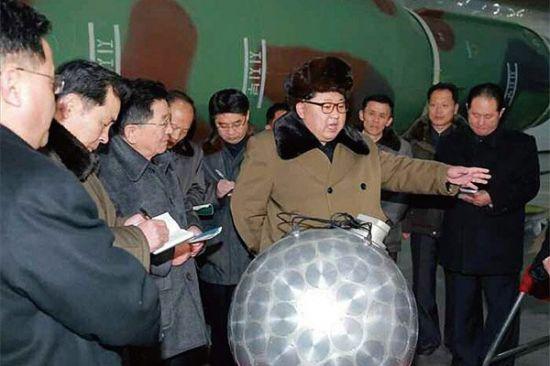 북한이 개발한 것으로 추정되는 소형 핵무기 장치. 사진 = 조선중앙통신/연합뉴스