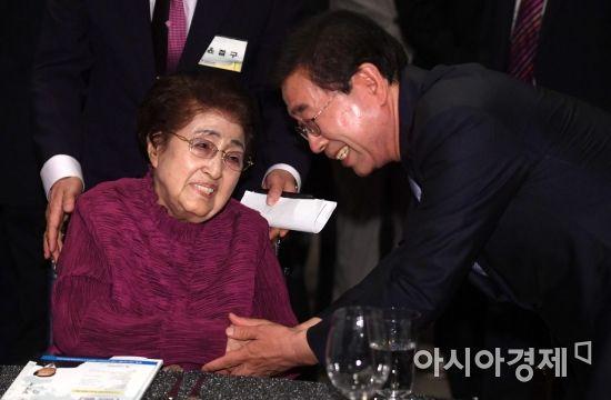 [포토] 인사 나누는 이희호 여사와 박원순 서울시장