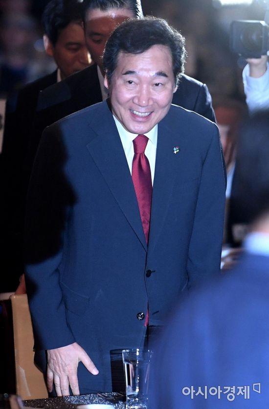 [포토] 6.15 남북회담 18주년 기념식 참석하는 이낙연 총리