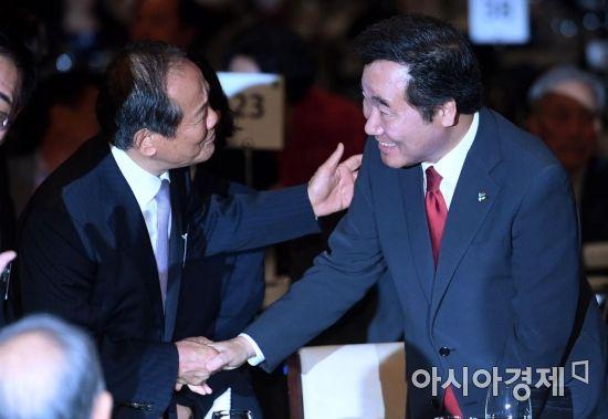 [포토] 참석자들과 인사하는 이낙연 총리