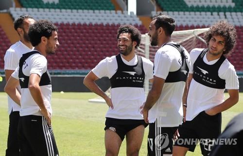 이집트 축구대표팀의 무함마드 살라흐(가운데)가 훈련 도중 팀동료와 이야기를 나누고 있는 모습.사진=연합뉴스