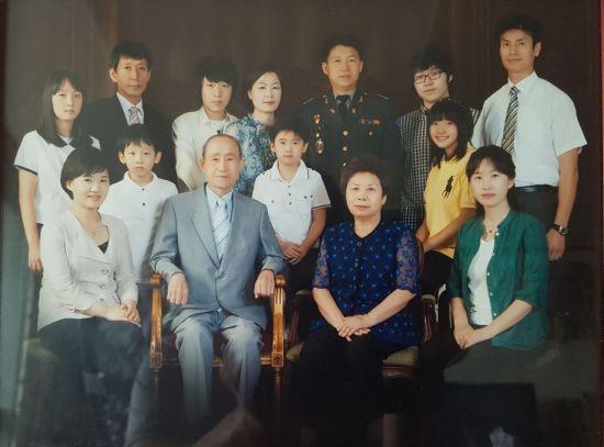 3대에 걸쳐 67년간 군복무를 한 조형찬 원장(사진 가운데 윗줄 군복차림)의 가족