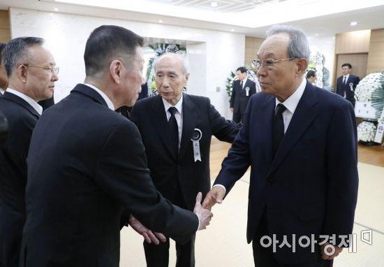 유족 위로하는 박관용 전 국회의장
