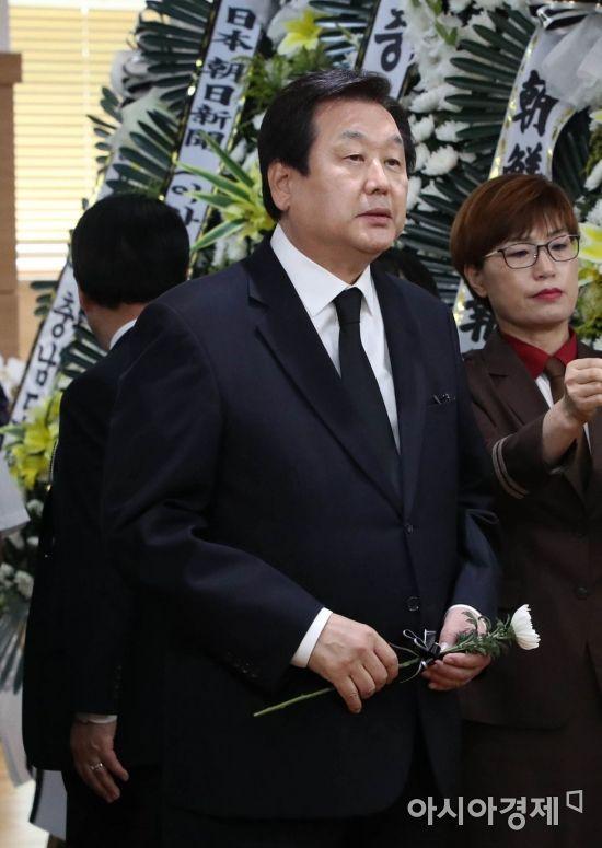 빈소로 들어서는 김무성 의원