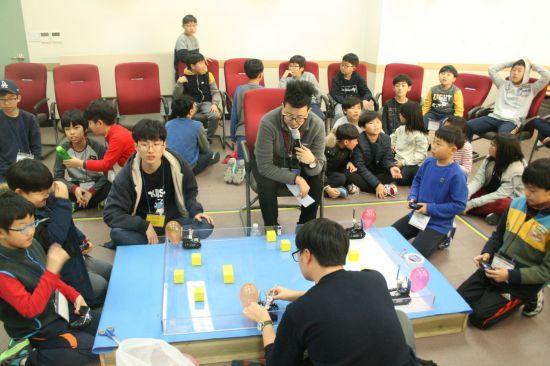 캠프 참가 학생들이 직접 만든 로봇을 구동, 2명씩 상대팀의 풍선을 먼저 터트리는 내용의 대회를 치르고 있다. 리틀게이츠 제공