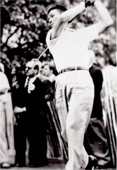 연덕춘이 1956년 골프월드컵 출전 당시 스윙을 하고 있는 모습. 사진=KPGA