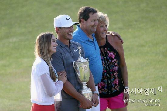 브룩스 켑카가 US오픈 2연패의 위업을 달성한 뒤 아버지 로버트, 어머니 데니스, 여자친구인 영화배우 제나 심스와 트로피를 들고 기뻐하고 있다.