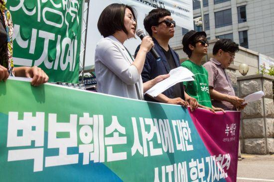 """여성 후보 벽보 골라 훼손한 30대 검거…""""남성 취업 안될까봐"""""""