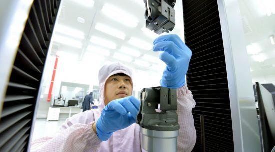 현대모비스 친환경부품 생산기지인 충주공장에서 작업자가 제품을 생산하고 있다.