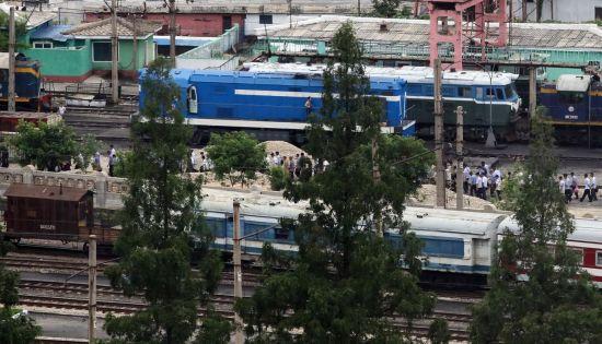 지난 5일 오전 평양시민들이 평양역 인근에서 출근하고 있다.<사진:평양공동취재단>