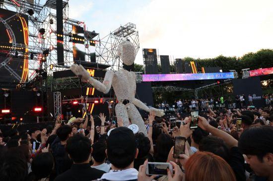 관객 사이로 거대한 '둔두' 캐릭터가 지나가고 있다. 사진=아시아경제