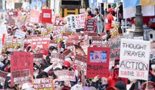 고립 자처하는 혜화역 시위 여성들…워마드 성체훼손 논란까지