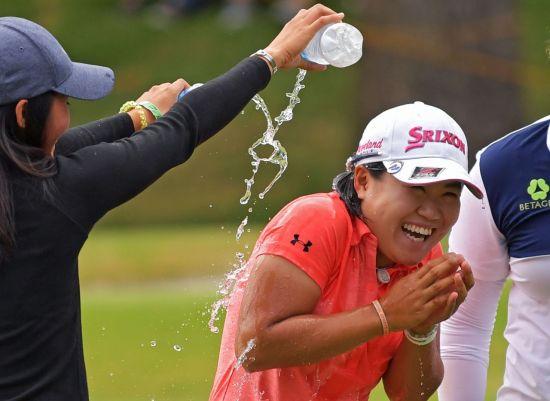 하타오카 나사가 지난달 아칸소챔피언십에서 우승 직후 축하 물 세례를 받고 있다.