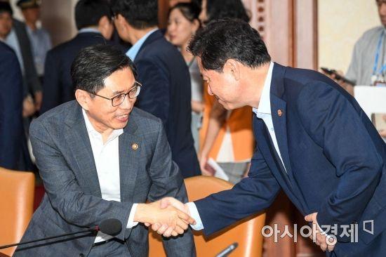 [포토]악수하는 김영춘 장관-박상기 장관