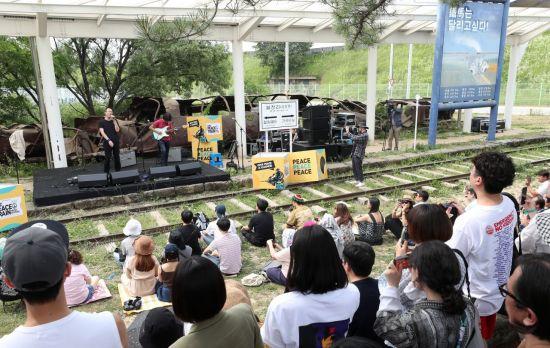 6월23일 강원 철원군 월정리역 특설무대에서 열린 'DMZ 피스트레인 뮤직페스티벌'에서 듀오 방백이 공연을 펼치고 있다.[이미지출처=연합뉴스]