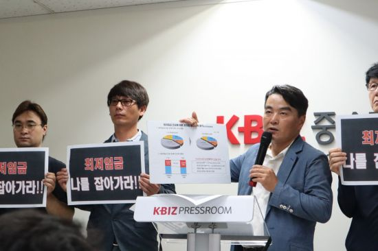 성인제 전편협 공동대표가 12일 서울 영등포구 중소기업중앙회에서 기자회견을 열고 최저임금 인상에 따른 업계 애로사항을 설명하고 있다.