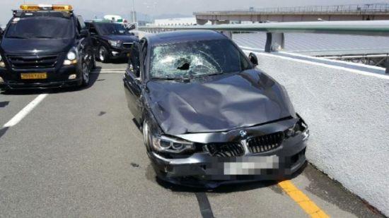 지난 10일 부산 김해공항 앞 도로에서 택시기사를 치어 의식불명 상태에 빠뜨린 BMW 차량이 사고 직전 질주하는 모습이 담긴 영상이 공개되며 네티즌의 공분을 사고 있다. 사진은 질주하다가 택시와 충돌 후 파손된 BMW 모습. 사진=부산지방경찰청 제공
