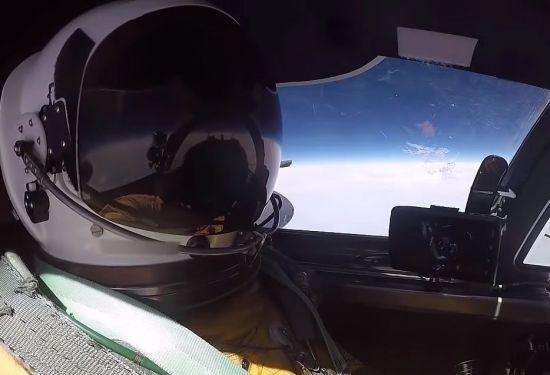 10km 이상의 고고도에서 비행 중인 정찰기 조종사의 모습. 기압차 극복을 위해 우주복과 같은 성능의 비행복을 입었습니다.[사진=유튜브 화면캡처]