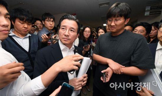 [포토]취재진에 둘러싸인 김용범 증권선물위원장
