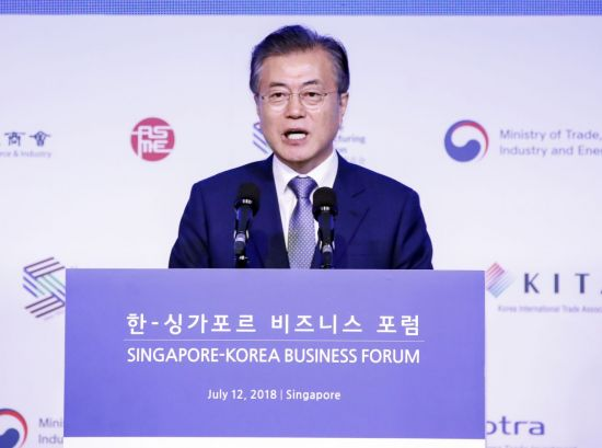 싱가포르를 국빈 방문 중인 문재인 대통령이 12일 오후(현지 시간) 샹그릴라 호텔에서 열린 한·싱가포르 비즈니스 포럼에서 '평화와 협력, 새로운 미래를 위한 도전'을 주제로 기조연설을 하고 있다. 사진=연합뉴스