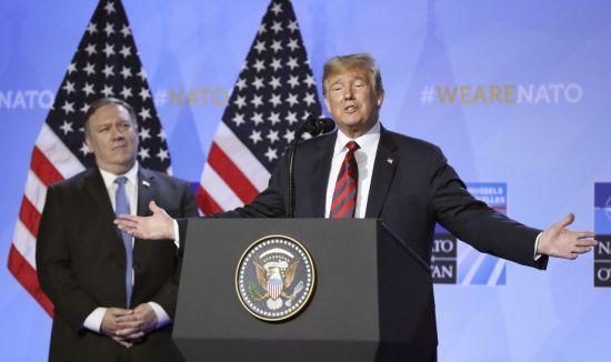 도널드 트럼프 미국 대통령(오른쪽)이 12일(현지시간) 벨기에 브뤼셀에서 북대서양조약기구(NATO) 정상회의 종료 후 마이크 폼페이오 국무장관이 배석한 가운데 별도로 기자회견을 갖고 있다(사진=EPA연합뉴스).