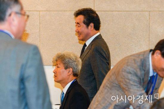 [포토] 학술회장으로 들어서는 이낙연 총리