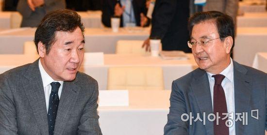 [포토] 의견 나누는 이낙연 총리-홍석현 이사장