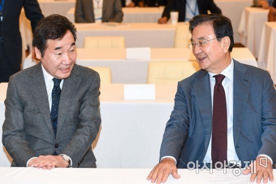 [포토] 대화하는 이낙연 총리-홍석현 이사장