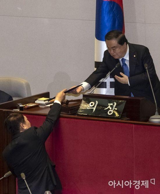 [포토] 국회의원 선서마친 최재성 의원