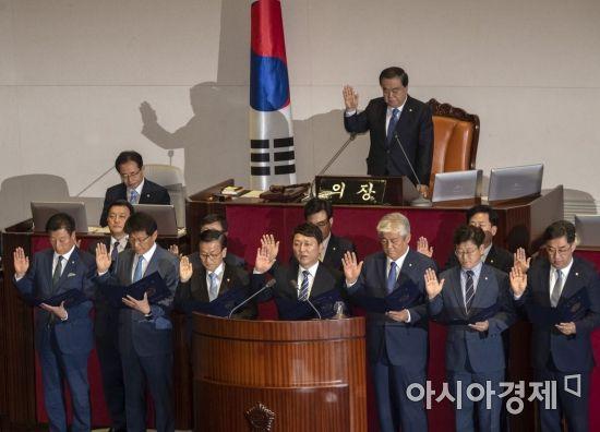 [포토] 국회의원 선서하는 재보궐선거 당선인