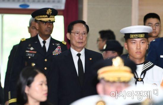 [포토]한미 상호봉환 행사 참석하는 송영무 국방장관과 브룩스 사령관