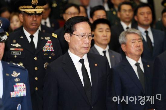 [포토]굳은 표정의 송영무 국방부 장관