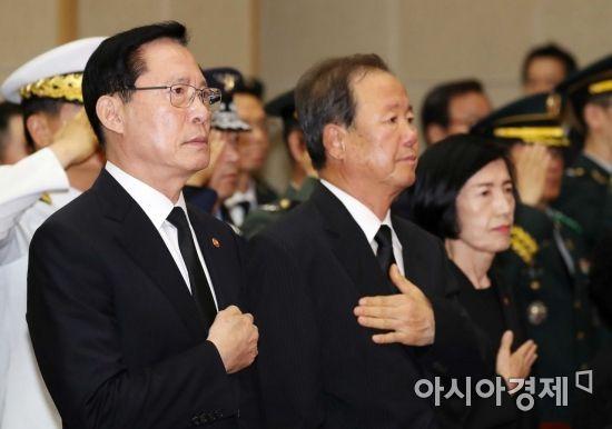 [포토]가슴에 손 얹은 송영무 국방장관