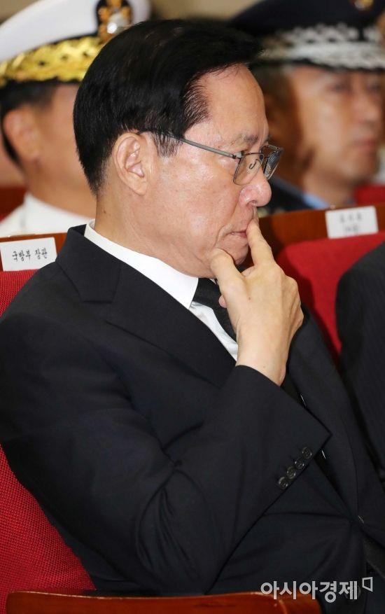 [포토]생각에 잠긴 송영무 국방부 장관