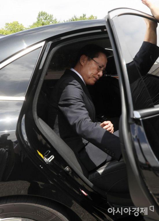 [포토]차량 탑승하는 송영무 국방부 장관