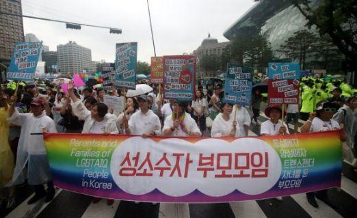 지난해 7월15일 서울 중구 서울시청 앞에서 열린 제18회 퀴어문화축제 참가자들이 거리행진을 하고 있다. 사진=연합뉴스
