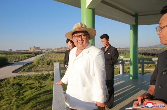 북한 김정은 국무위원장이 강원도 지역에 있는 122호 양묘장을 시찰하고 있다. [이미지출처=연합뉴스]