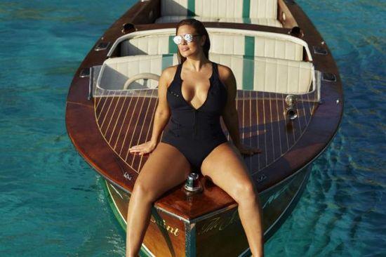 볼륨 넘치던 美유명 모델, '가슴 축소' 수술 받은 사연은?
