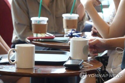 지난 2일 오후 서울 시내 한 카페 내에서 고객들이 머그잔과 일회용 컵을 이용하고 있다. 사진=연합뉴스