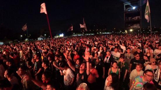 폭염과 열대야에도 수많은 관객들이 무대 앞에 운집해 공연을 즐기고 있다. 사진=씨쓰루