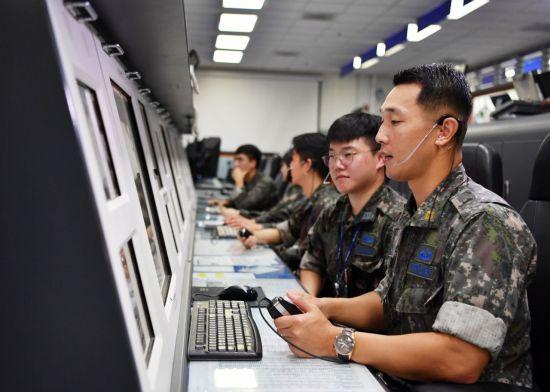 <h1>공군 '골든아이'에 김영범 대위ㆍ박형규 준위</h1>